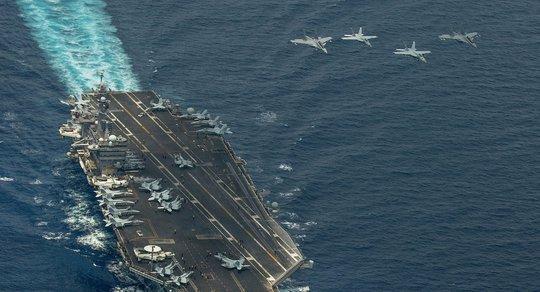 Hạ cánh xuống tàu sân bay, chiến đấu cơ Mỹ gặp nạn - ảnh 1