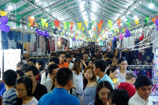 Khung cảnh chen chúc tại phiên chợ trong đêm thứ hai diễn ra.