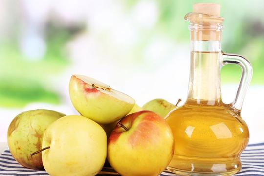 Giấm táo có tác dụng làm mát và cân bằng lại độ pH cho da nhanh chóng.