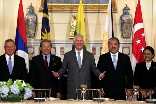 Ngoại trưởng Mỹ Rex Tillerson (giữa) gặp các bộ trưởng ngoại giao ASEAN hôm 4-5. Ảnh:Reuters