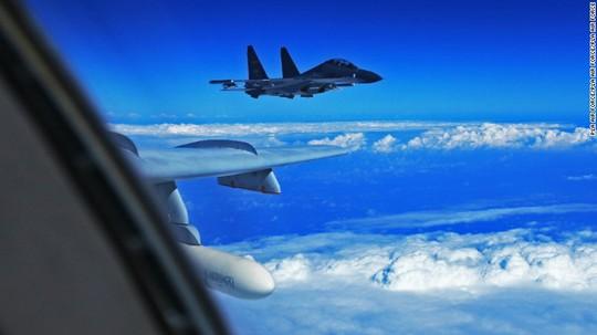 Chiến đấu cơ Trung Quốc chạm trán máy bay Mỹ ở biển Hoa Đông - Ảnh 1.