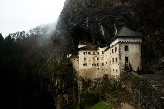 Lâu đài cổ tích nằm trong vách đá - Ảnh 2.