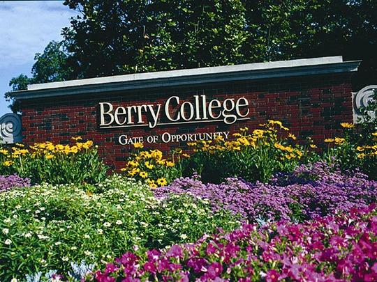 Lạc lối trong khuôn viên trường đại học rộng nhất thế giới - Ảnh 1.