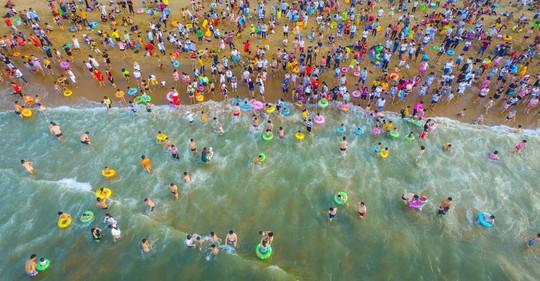 Gần 200.000 du khách tắm biển cầu may - Ảnh 2.