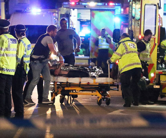 Tấn công rúng động London: Kẻ tấn công mặc áo bom tự sát giả - Ảnh 1.