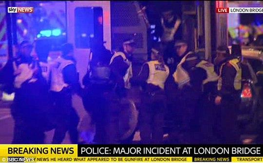 Vụ tấn công chấn động London: Cảm động lòng tốt trong chết chóc - Ảnh 1.