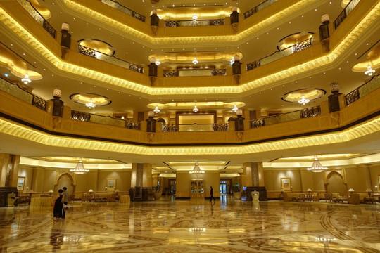 Khách sạn 7 sao lộng lẫy như cung điện - Ảnh 1.