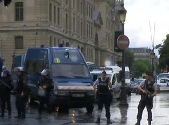 Tấn công bằng búa ngoài Nhà thờ Đức Bà Paris - Ảnh 2.