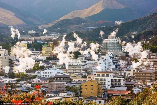 Thị trấn lúc nào cũng sôi sùng sục ở Nhật Bản - Ảnh 1.