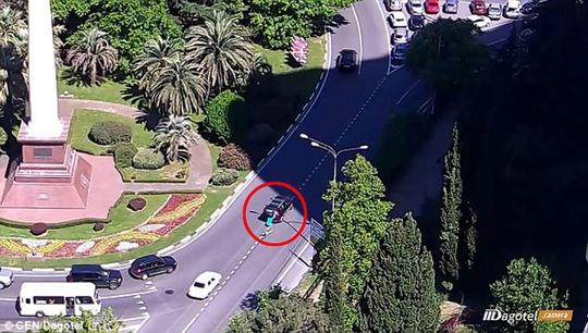 Clip: Hai con rơi khỏi ôtô mà mẹ không hề hay biết - Ảnh 2.