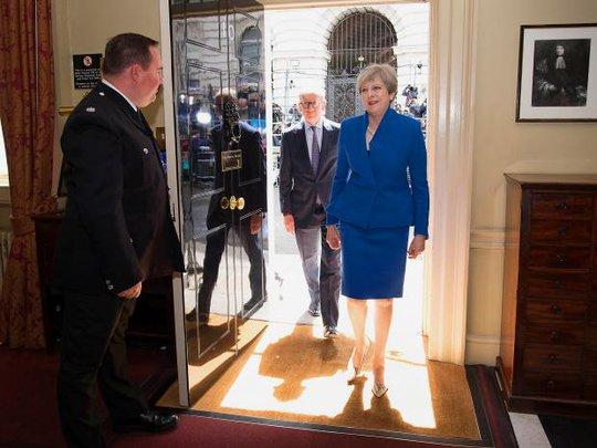 Bà Theresa May đang là con tin  ở Downing Street - Ảnh 1.
