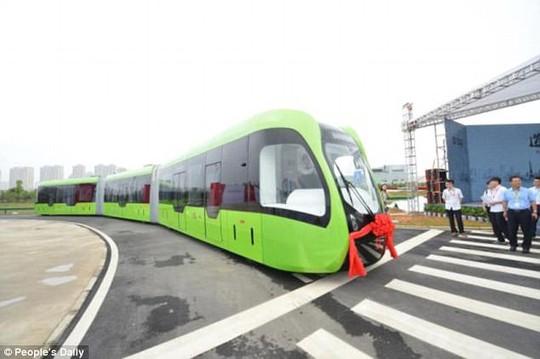 """Trung Quốc ra mắt xe """"3 trong 1"""" không cần đường ray - Ảnh 1."""