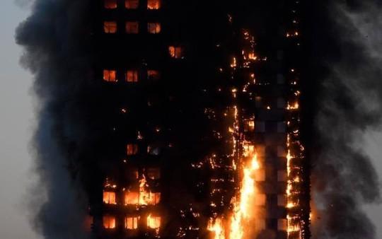 Vụ cháy ở London: Người dưới đất đỡ được em bé rơi từ tầng 10 - Ảnh 1.