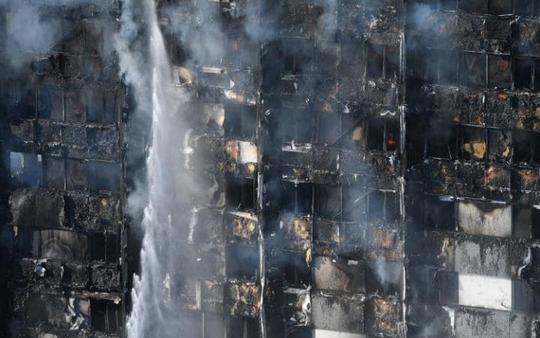 Vụ cháy ở London: Người dưới đất đỡ được em bé rơi từ tầng 10 - Ảnh 2.