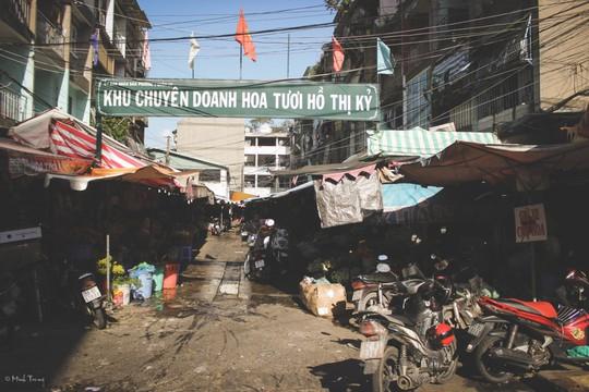 Sắc màu bình dị tại chợ hoa lớn nhất Sài Gòn - Ảnh 1.