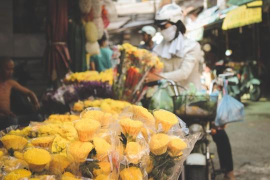 Sắc màu bình dị tại chợ hoa lớn nhất Sài Gòn - Ảnh 2.