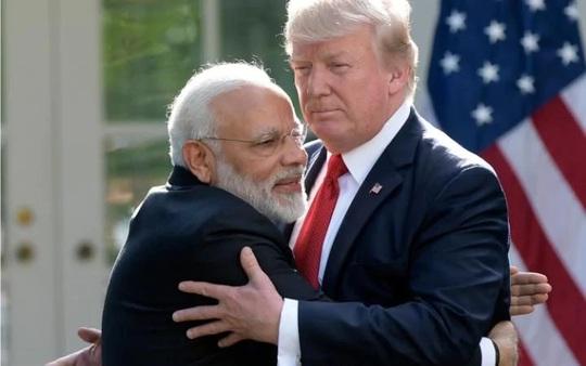 Gặp Thủ tướng Ấn Độ, TT Donald Trump hào phóng những cái ôm - Ảnh 1.
