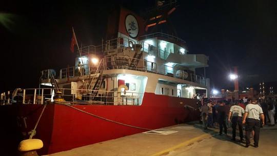 Cảnh sát biển Hy Lạp bắn thủng lỗ chỗ tàu Thổ Nhĩ Kỳ - Ảnh 1.