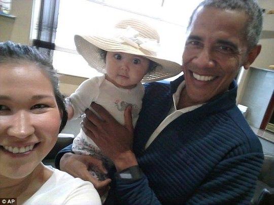 Ông Obama gây sốt với ảnh bế em bé Alaska - Ảnh 1.