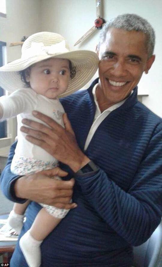 Ông Obama gây sốt với ảnh bế em bé Alaska - Ảnh 2.
