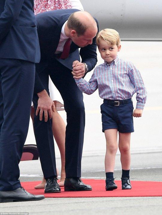 Hoàng tử bé George líu ríu tại sân bay Ba Lan siêu dễ thương - Ảnh 3.
