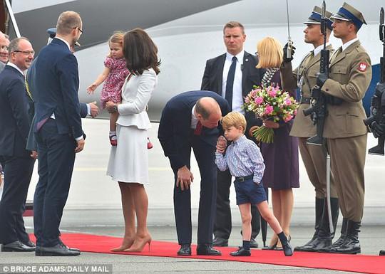 Hoàng tử bé George líu ríu tại sân bay Ba Lan siêu dễ thương - Ảnh 4.