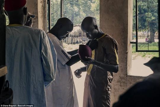 Để được kết hôn, nam thanh niên Senegal sống trong rừng một tháng - Ảnh 2.