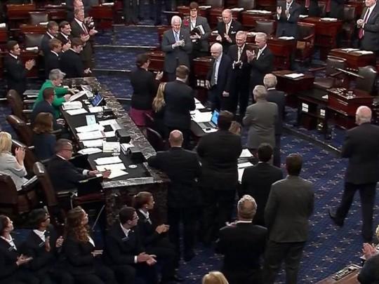Dự luật thay Obamacare đạt kỳ tích, tổng thống Mỹ cảm ơn ông McCain - Ảnh 1.