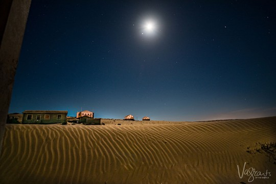 Vẻ kỳ bí của thị trấn bỏ hoang bị sa mạc nuốt chửng - Ảnh 2.