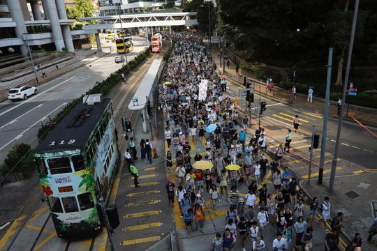 Hồng Kông: Hàng chục ngàn người đòi thả 3 thủ lĩnh sinh viên - Ảnh 2.