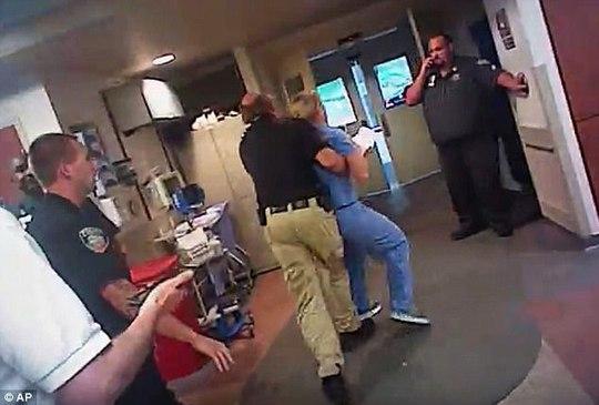 Y tá bị còng tay vì quyết không cho lấy máu bệnh nhân - Ảnh 3.