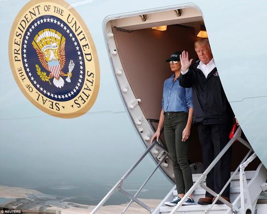 Quay lại Texas, ông Donald Trump chúc nạn nhân bão thời gian tốt lành - Ảnh 1.