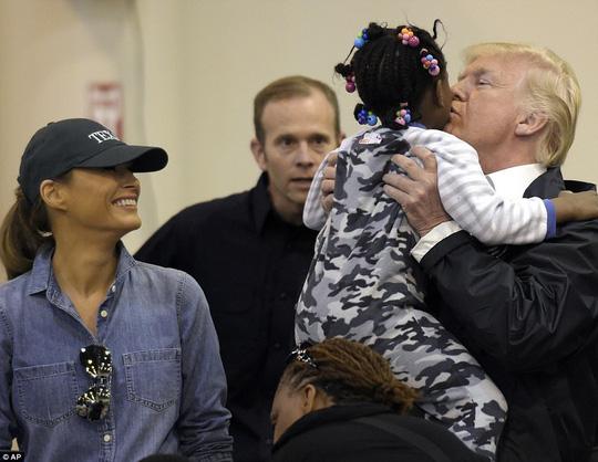 Quay lại Texas, ông Donald Trump chúc nạn nhân bão thời gian tốt lành - Ảnh 3.