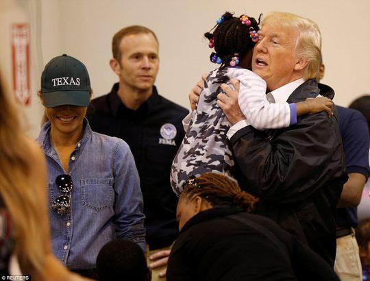 Quay lại Texas, ông Donald Trump chúc nạn nhân bão thời gian tốt lành - Ảnh 4.