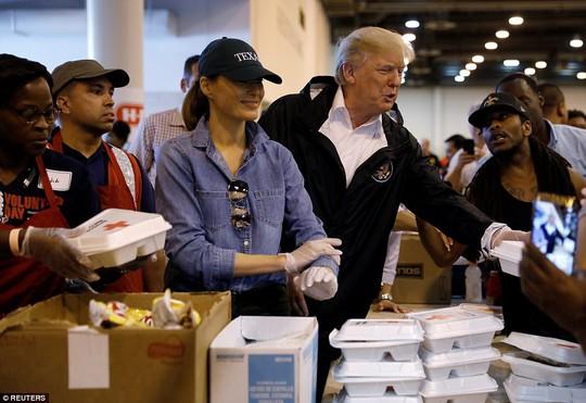 Quay lại Texas, ông Donald Trump chúc nạn nhân bão thời gian tốt lành - Ảnh 9.