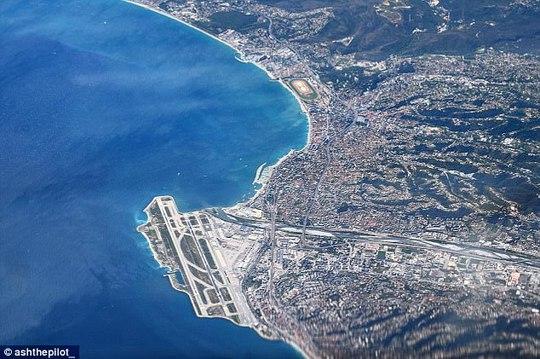 Ảnh châu Âu từ trên cao cực đẹp do phi công chụp từ buồng lái máy bay - Ảnh 1.