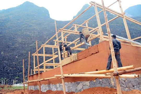 Cúi đầu bái phục kiến trúc nhà cổ của người Mông - Ảnh 2.