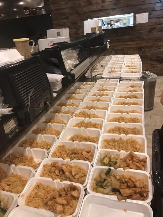 Mỹ: Chủ nhà hàng gốc Việt nấu 1.000 suất ăn cho nạn nhân bão - Ảnh 1.