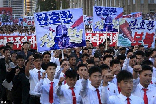 Biển người tuần hành cổ vũ ông Kim Jong-un đánh Mỹ - Ảnh 2.