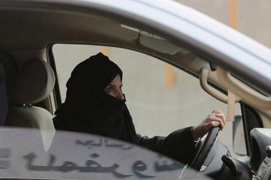 Một phụ nữ Ả Rập Saudi lái xe trong chiến dịch đòi bỏ lệnh cấm. Ảnh: AP