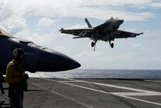 Tàu Trung Quốc bám đuôi tàu sân bay Mỹ ở biển Đông - Ảnh 2.