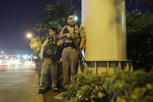 Một số khu vực ở Las Vegas bị phong tỏa giữa lúc cảnh sát xử lý vụ xả súng. Ảnh: AP