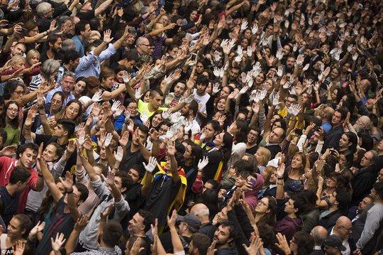 Hàng ngàn người biểu tình ở Catalonia. Ảnh: AP