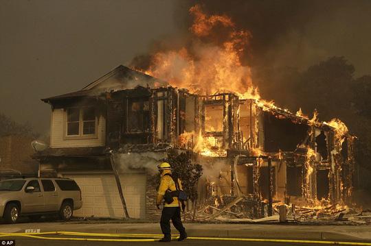 Cháy rừng ở California dữ dội nhất trong lich sử - Ảnh 2.