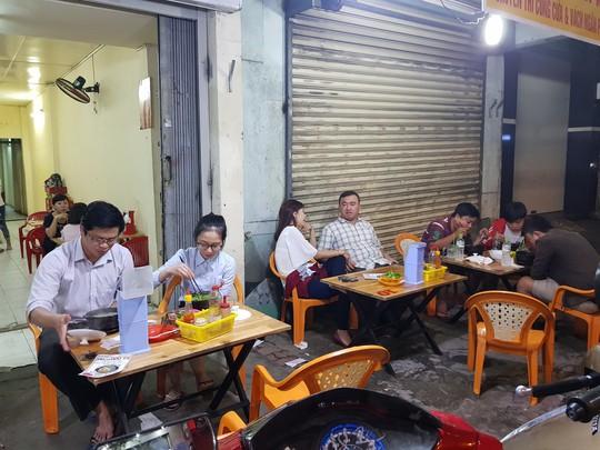 Người Sài Gòn ăn cháo Tiều trứ danh bằng thố đất - Ảnh 4.