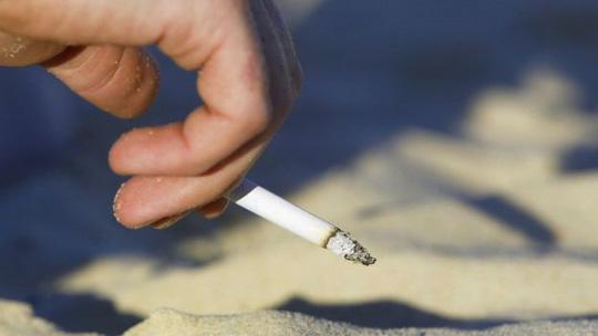 Từ 1-11, Thái Lan cấm du khách hút thuốc lá trên bãi biển - Ảnh 1.