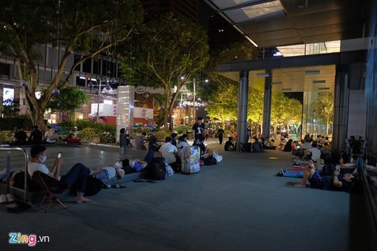 Apple Store bất lực giải tán đám đông người Việt chờ mua iPhone X - Ảnh 1.