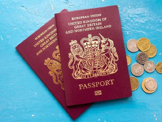 Vì sao hộ chiếu các nước được thiết kế giống nhau? - Ảnh 1.