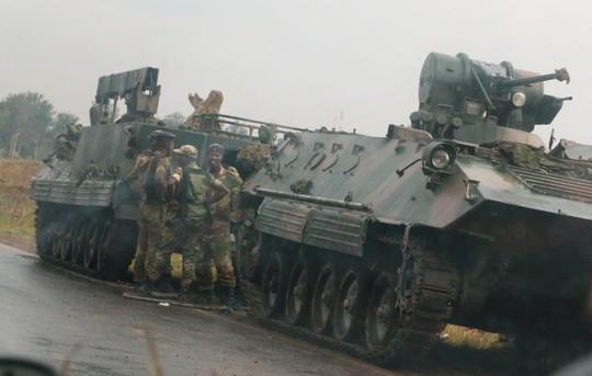 Zimbabwe: Tư lệnh quân đội làm phản, lật đổ tổng thống 93 tuổi? - Ảnh 2.