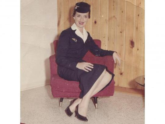 Nữ tiếp viên hàng không 81 tuổi vẫn vi vu trên bầu trời - Ảnh 2.